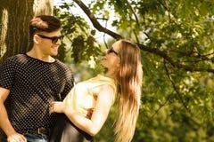 Пары обнимая под деревом Стоковые Фотографии RF