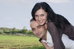пары обнимая природу романтичную Стоковые Фотографии RF