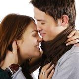 пары обнимая смеяться над Стоковое Изображение