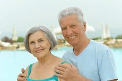 пары обнимая старший Стоковые Изображения RF