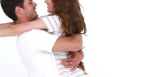 пары обнимая ся детенышей