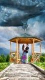 пары обнимая торнадо стоковые изображения rf