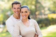 пары обнимая outdoors Стоковые Фотографии RF