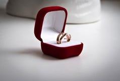 Пары обручальных колец золота в красной коробке бархата Стоковые Фото