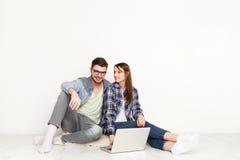 Пары обсуждают дизайн-проект для домашнего интерьера Стоковое фото RF