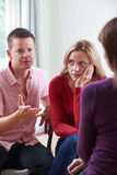 Пары обсуждая проблемы с консультантом отношения Стоковое фото RF