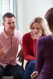 Пары обсуждая проблемы с консультантом отношения Стоковые Изображения