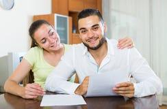 Пары обсуждая термины контракта дома Стоковые Изображения RF
