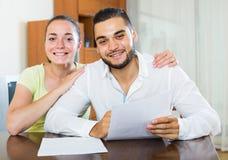 Пары обсуждая термины контракта дома Стоковое Изображение RF