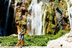 Пары около водопада в Хорватии Стоковая Фотография RF