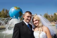 Пары около фонтана Стоковое Изображение RF
