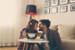 Пары окуная плодоовощ в расплавленный шоколад Стоковое Фото