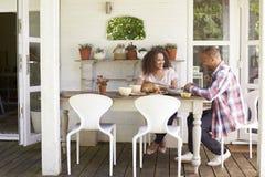 Пары дома есть внешнюю еду совместно Стоковая Фотография