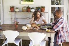 Пары дома есть внешнюю еду совместно Стоковое фото RF
