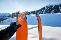 Пары оранжевых лыж для путешествовать лыжи стоковые фотографии rf
