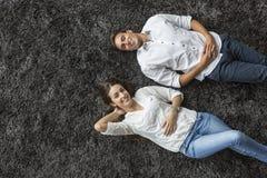 Пары ослабляя на ковре Стоковые Изображения