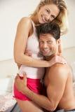 Пары ослабляя совместно в кровати Стоковое фото RF