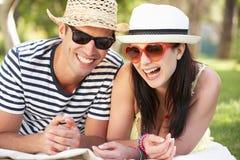 Пары ослабляя совместно в саде Стоковое фото RF