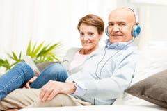 Пары ослабляя совместно слушать к музыке Стоковые Изображения RF
