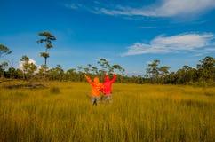 Пары оставаясь с поднятыми руками на пшеничном поле Стоковая Фотография