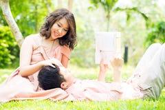 Пары ослабляя в саде Стоковое Фото