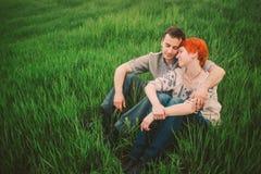Пары ослабляя на зеленой траве Стоковые Изображения