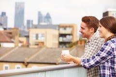 Пары ослабляя Outdoors на кофе сада крыши выпивая Стоковая Фотография RF