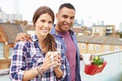 Пары ослабляя Outdoors на кофе сада крыши выпивая Стоковое фото RF