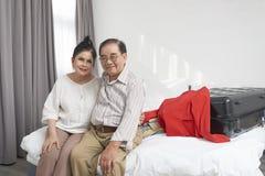 Пары отдыхая в гостиничном номере стоковые фото