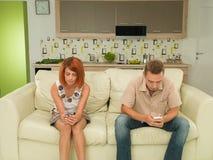 Пары отправляя СМС друг к другу Стоковые Фотографии RF