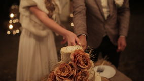Пары отрезали свадебный пирог деревенский напольно акции видеоматериалы