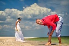 Пары отдыхая на пляже Стоковое Фото
