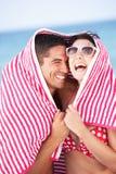 Пары от Sun на празднике пляжа Стоковые Изображения