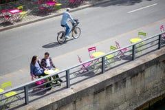 Пары Парижа сидя на таблице Стоковые Фото