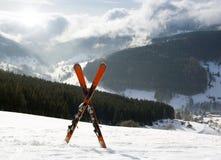 Пары перекрестных лыж в снежке, высоких гор Стоковые Фотографии RF