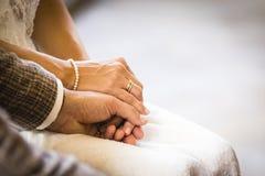 Пары переплетаннсяые руками wedding на день свадьбы Стоковые Изображения RF