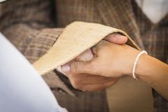 Пары переплетаннсяые руками wedding на день свадьбы Стоковое Изображение