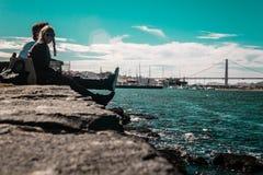 Пары перед мостом золотого строба в Сан-Франциско, Californ стоковое фото
