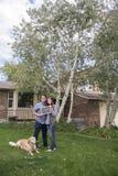 Пары перед новым удерживанием дома продали знак классн классного Стоковое Изображение RF