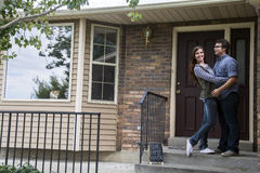Пары перед новым удерживанием дома продали знак классн классного Стоковые Фотографии RF