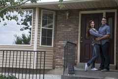 Пары перед новым удерживанием дома продали знак классн классного Стоковые Изображения RF