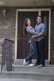 Пары перед новым удерживанием дома продали знак классн классного Стоковые Фото