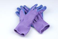 Пары перчаток дам садовничая на белой предпосылке Стоковая Фотография RF