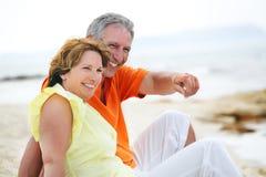 пары пляжа зреют сидеть стоковая фотография