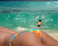 пары пляжа наслаждаясь paradice Стоковые Фотографии RF
