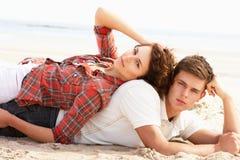 пары пляжа ослабляя романтичных детенышей Стоковая Фотография RF