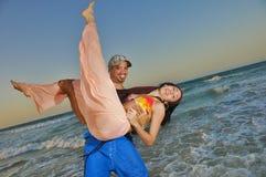 пары пляжа счастливые Стоковая Фотография RF