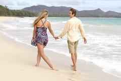 пары пляжа шаловливо гуляют Стоковое Фото
