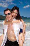 пары пляжа шаловливые стоковая фотография