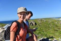 Пары побережья hikers sightseeing carribean Стоковая Фотография RF